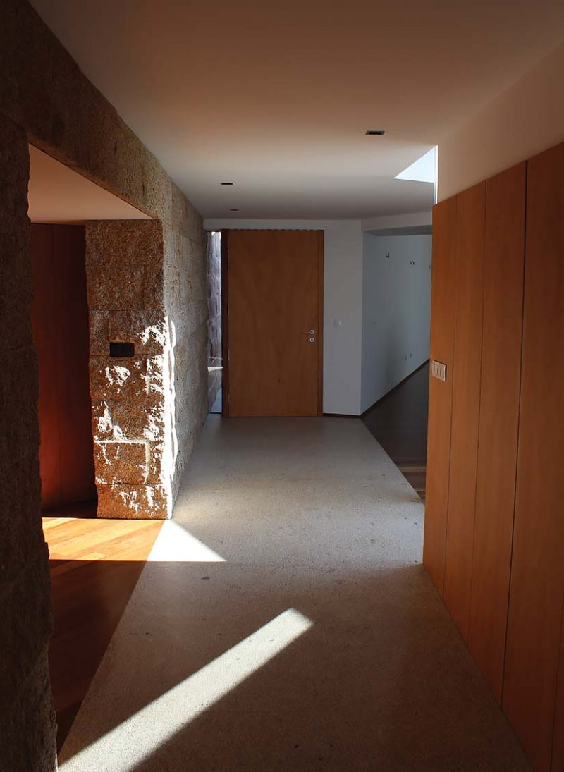 """Casa do Ripado.  Ficamos surpreendidos ao compreender que existe de tal forma uma coordenação entre a orientação das paredes do corredor e localização das portas. Esta cria espaços de transição para o interior do compartimento. Assim """"quebramos"""" o corredor e demos-lhe vida, teatralidade. Projeto Obra Atelier"""