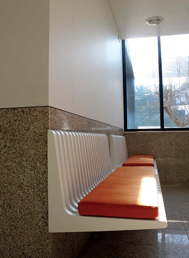 Reformulação de Clínica Dentaria. Em serviço chave na mão. Ripado no teto do corredor que lhe dá uma dimensão tridimensional. A numeração da portas é feita com cor laranja. Projecto ObraAtelier.