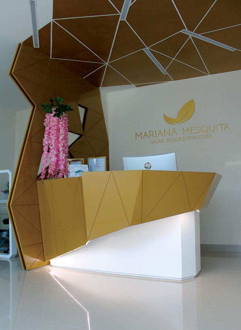Reformulação criativa e moderna faz sucesso. Balcao de recepção dourado e design criativo para gabinete de estetica.