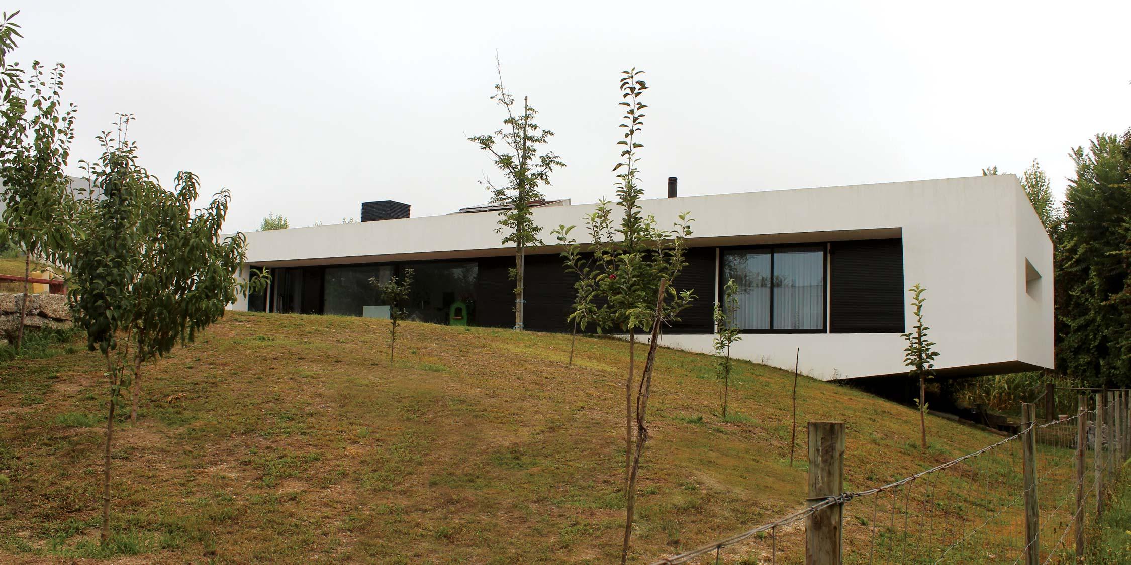 Casa dos Arquitetos, casa cobertura ajardinada. arquitetura moderna volume branco com grandes janelas, inserido na paisagem. projeto Obraatelier