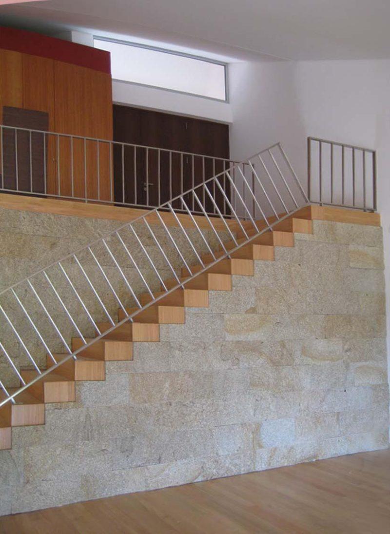 Casa da Vinha Dama, casa inspirada na natureza. Escadas para sala comum. Projeto Obra Atelier