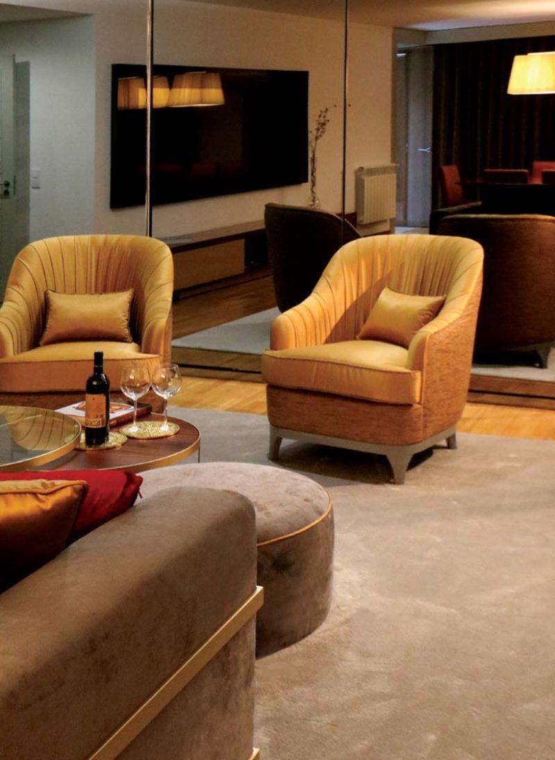 Reformulação Apartamento no parque das nações em Lisboa. Os detalhes no projeto de interiores que seduzem. Sala de Estar com sofas e cadeirões em cor dourada. Projeto Obra Atelier