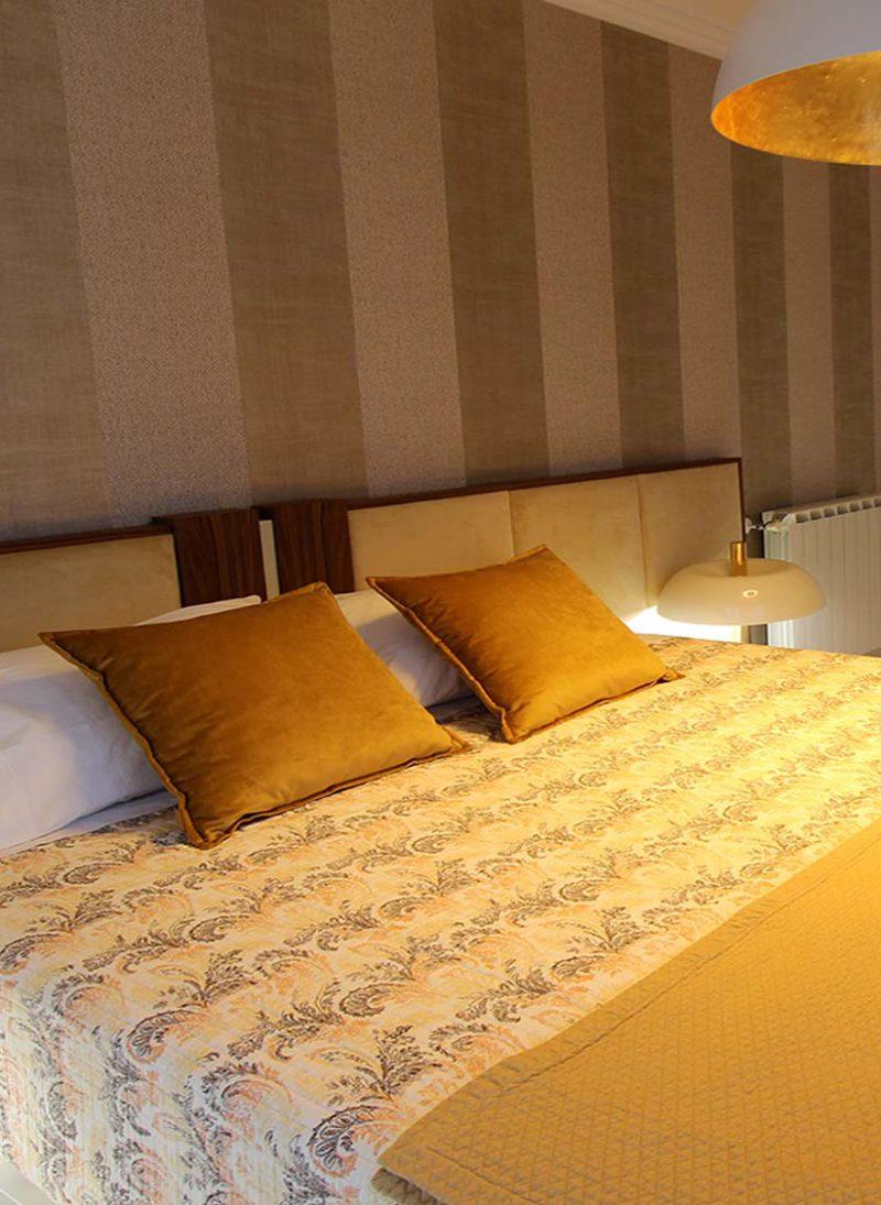 Apart. Cascais. Papel de parede moderno e elegante renova apartamento. Quarto com papel de parede dourado em linhas verticais. Projeto interiores Obra Atelier