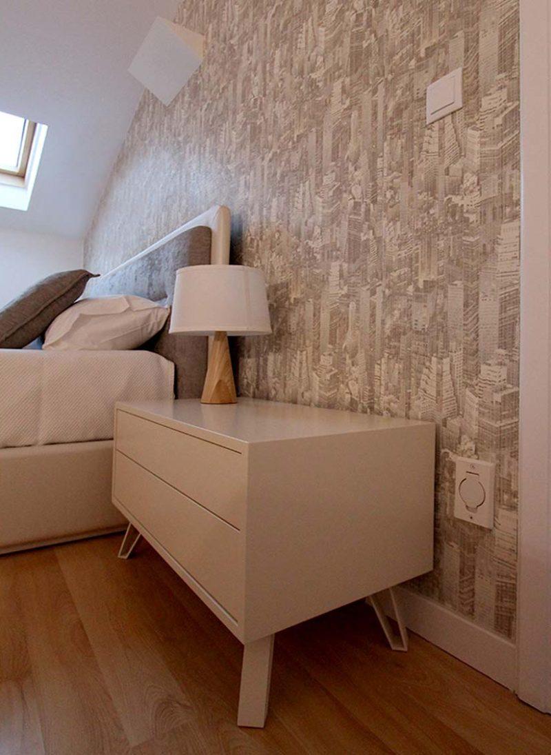 Apart. Cascais. Papel de parede moderno e elegante renova apartamento. Quarto visitas com papel de parede com tema de cidade.. Projeto interiores Obra Atelier