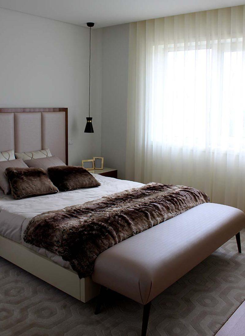 Apart. Vizela. Contraste de cores e texturas cria apartamento moderno e sofisticado. Nos quartos a base neutra de texturas e paleta de cores suaves são pontuadas com almofadas, colchas, tapetes e madeiras. Projeto de Obra Atelier
