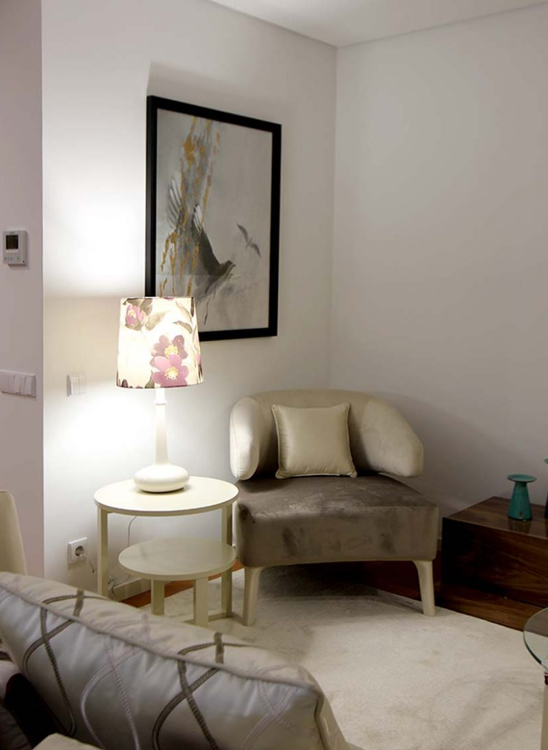 Apart. Vizela. Contraste de cores e texturas cria apartamento moderno e sofisticado.  A iluminação do abat jour cria um jogo de claro escuro. Projeto de Obra Atelier
