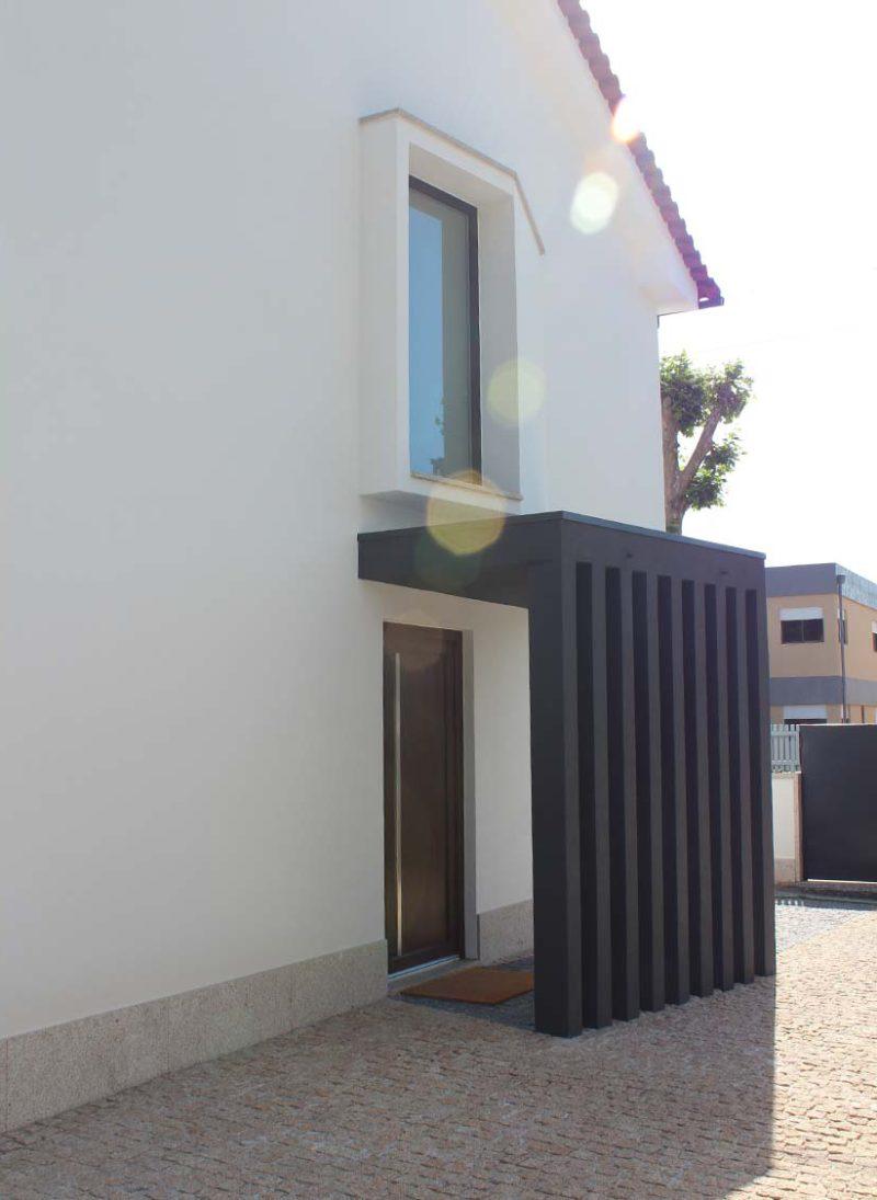 Casa Lote 05, Remodelação da casa com os animais de estimação em mente. pormenor da entrada da casa apos intervenção. Projeto Obra Atelier