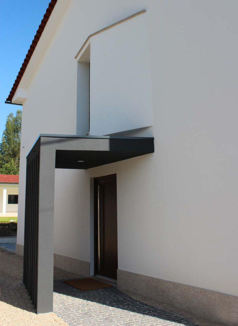 Casa Lote 05, Remodelação da casa com os animais de estimação em mente. pormenor na entrada. Projeto Obra Atelier