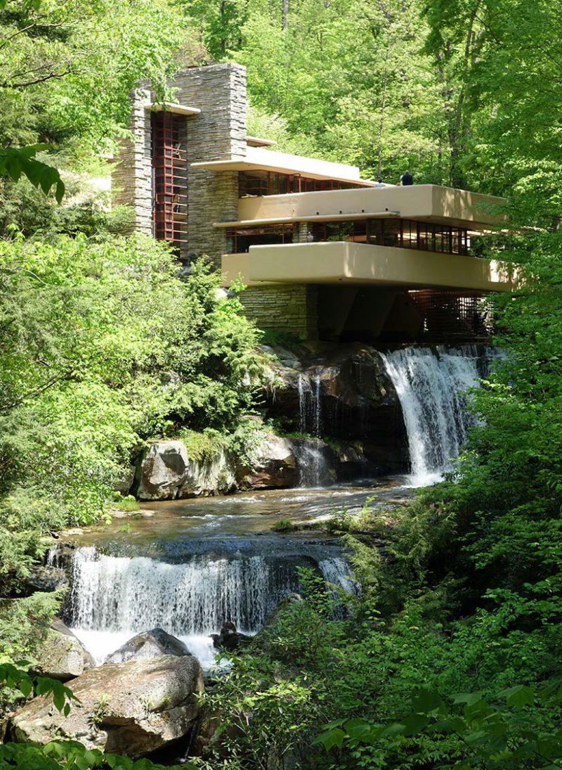 Open Space é tendência? 10 Vantagens. Casa Fallingwater projetada por frank Lloyd Wright. Vista exterior. Blog Obra Atelier
