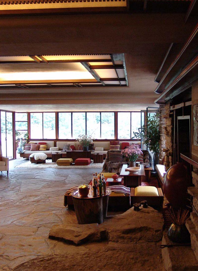 Open Space é tendência? 10 Vantagens. Casa Fallingwater projetada por Frank Lloyd Wright. Interior. Sala de estar e jantar e cozinha em Open Space. Blog Obra Atelier